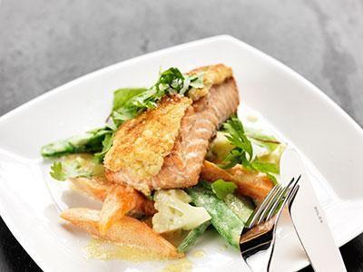 Gratinerad lax med härliga senapsgrönsaker.