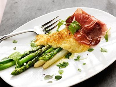Härligt goda sparrisar med parmesanost och lufttorkad skinka.