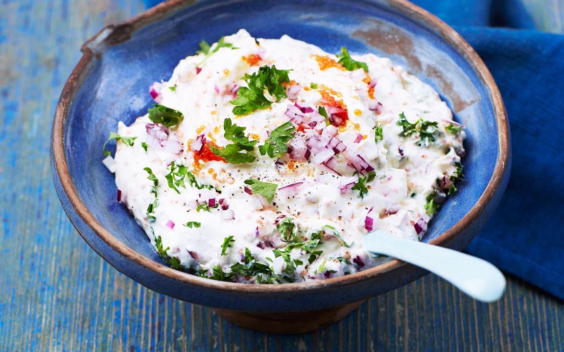 En variant av den grekiska romröran taramosalata. Röd stenbitsrom passar bra till den milda yoghurtens gräddiga smak.