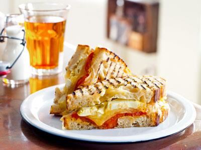 Grillad smörgås med smakrika tomater långsamt bakade i ugn. Med de saftiga kronärtskockorna och den varma osten får det frasiga brödet en spännande smak.