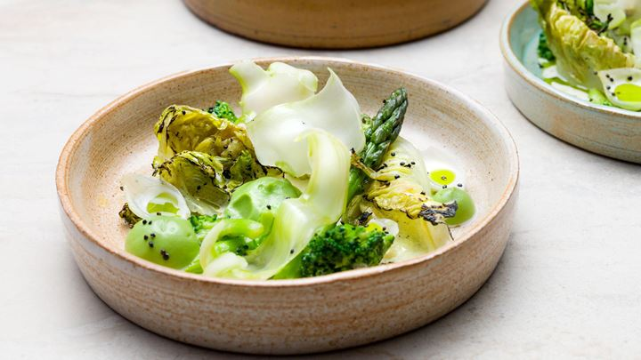 Grillad sallad med grön sparris, broccoli, syltlök och pepparrotsgrädde