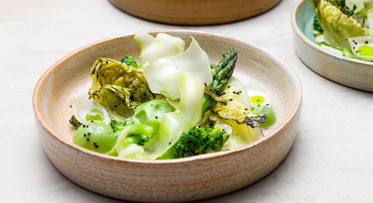 Erbjud dina gäster en ny salladsupplevelse där bladen är grillade och penslade med brynt smör. Innovativt med syrlig, slät broccolipuré, sötsyrlig syltlök, poppad quinoa och pepparrotsgrädde.