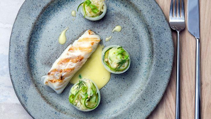 Grillad torsk med grönsaksfyllda skålar och ölsmörsås med korianderrot