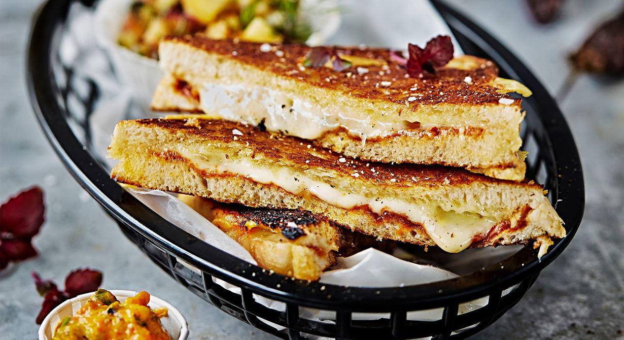 Grilled cheese är en amerikansk klassiker och för alla som älskar ost är det här den ultimata mackan. Fyll skivat bröd med mycket ost och lite chipotle paste eller annan pikant smaksättare för spännande smak. Servera med goda tillbehör som frisk persikosalsa och paprikaröra mojo rojo.