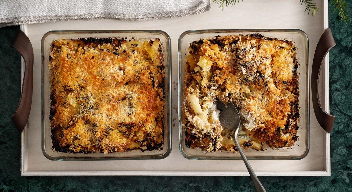 Det här är en vegetarisk variant på Janssons frestelse, med inlagd paprika och cornichons, som båda tillför något nytt till den klassiska gratängen. Vill ni utesluta cornichons, till t ex skolans jultallrik, salta lite extra i gratängen.