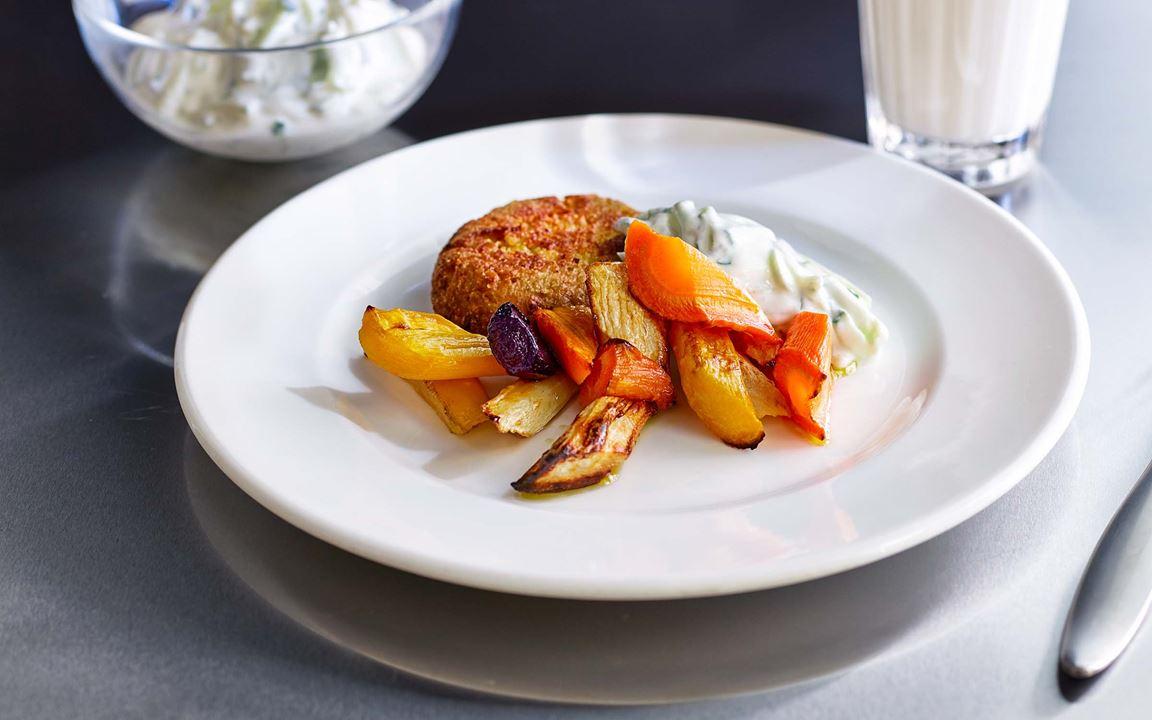 Saftiga biffar på grovmixade linser, ärter, bönor och ägg. Perfekta till ugnsrostade rotfrukter i olika färger. Låt gurkan hängas av så du får bort all vätska innan den blandas med den grekiska yoghurten och fint riven vitlök.