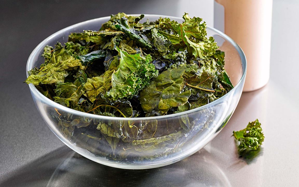Frasiga, spröda, stora och vackra grönkålsblad. Chipsen blir väldigt goda och krispiga när de rostas med smör-&rapsolja.
