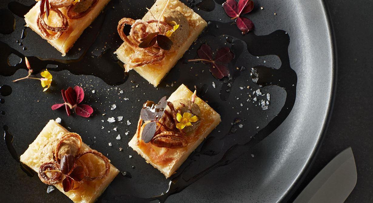En frasig munsbit med nötig, smörig smak av gruyére. Den lyxiga känslan förstärks av en créme med rostad karljohanssvamp och champagnevinäger. Perfekt ihop  med den krispiga schalottenlöken.
