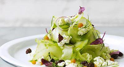Den krispiga salladen är förvånansvärt enkel att göra med tanke på den underbara smaken. Picklat är alltid ett uppfriskande och uppskattat inslag på bufféer. Rökt, rimmad eller garavd fisk är trevliga tillbehör.