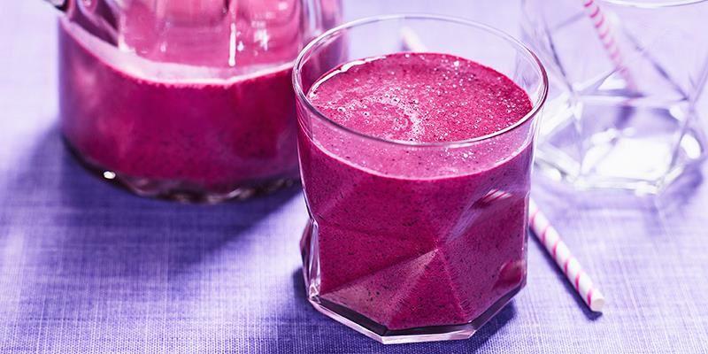 Krämig smoothie med hallon, blåbär och mild vaniljyoghurt. Lägg allt i kylen innan du mixar, så blir smoothien riktigt kall.
