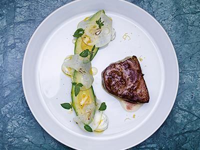 En halstrad bit tonfisk med lätt smak av citron och brynt smör. Crèmen med smetana och mynta förstärker den lite syrliga, friska karaktären.