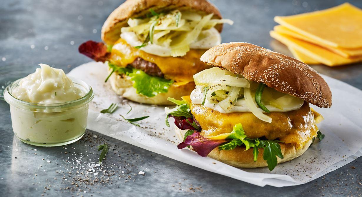 Galet god hamburgare med krämig cheddarost, picklad fänkål, lakrits och aioli.