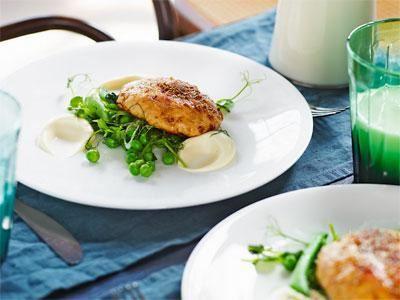 En modern husman med len och fyllig blomkålskräm som får syra av yoghurt. Wallenbergarna blir alltid saftiga om de görs på färs av färsk torsk och lax som i det här grundreceptet. Du kan också ha i räkor.