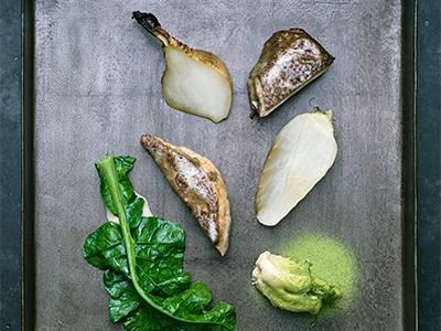 Ett smör med alger och rostad buljong ger det fina hönsköttet en spännande smak. Gott tillsammans med de milda kålrötterna och korovornas söta, lite peppriga smak.