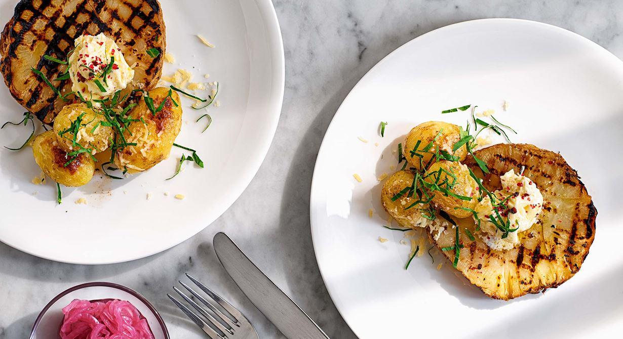 Den smörbakade rotsellerin kan med fördel lagas dagen innan. Skär upp i skivor och halstra vid servering. Det är gott att strö på lite vällagrad Svecia över den rostade potatisen mot slutet av tillagningen. Det vispade färskostsmöret med vitlök och timjan får en extra fin smak av rosépeppar.