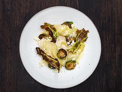 Svensk kål när den är som bäst. En rustik grönsaksrätt med spännande konsistenser, proteinrik syra från vassle och frasiga chips av kålblad.