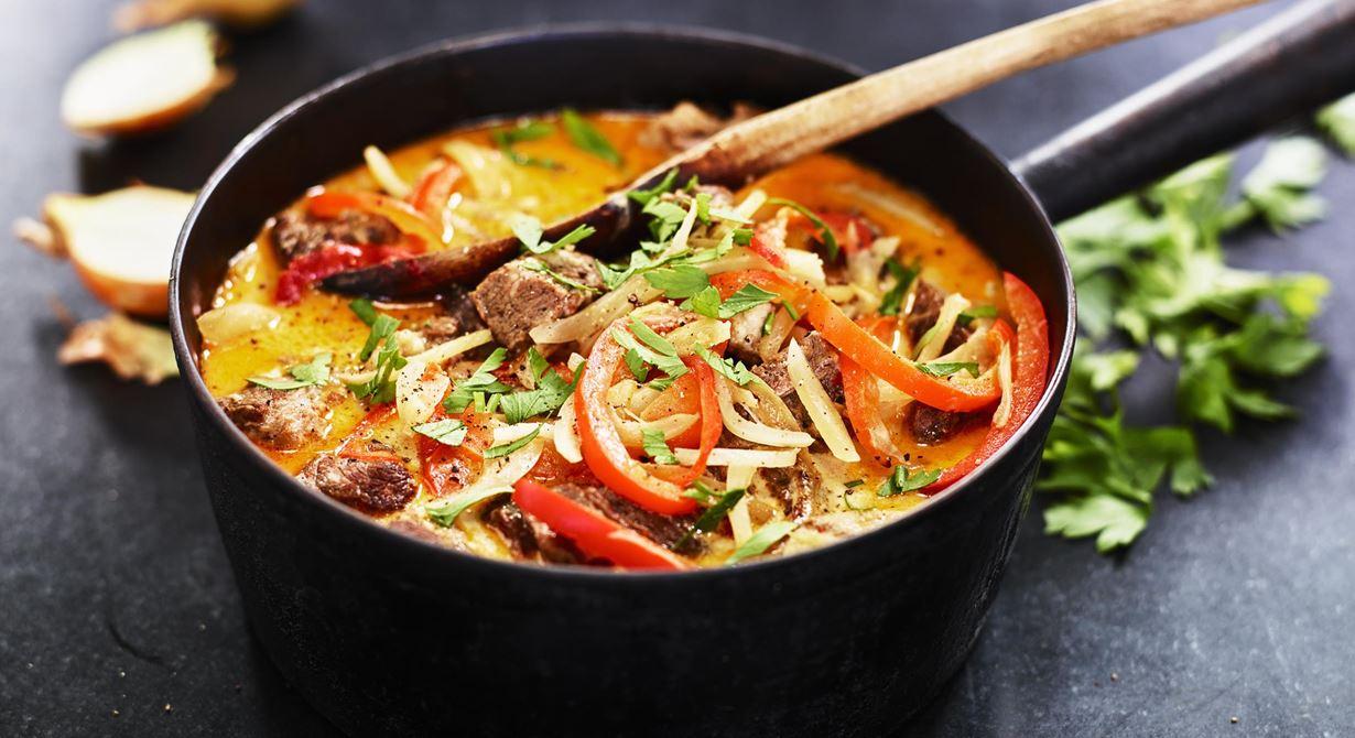 Rejäl gryta på klassiskt grytkött där vi långkokat ur alla fina smaker. Mötet mellan sötma från lök och paprika samt ett litet sting från sambal gör att det lyfter lite extra.