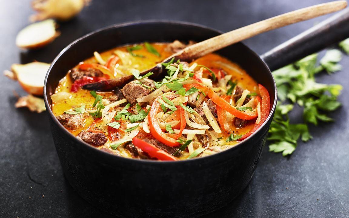 Rejäl gryta på klassiskt grytkött där vi långkokat ur alla fina smaker. Mötet mellan sötma från lök och paprika med ett litet sting från sambal och gräddens höga syra gör att det lyfter lite extra.