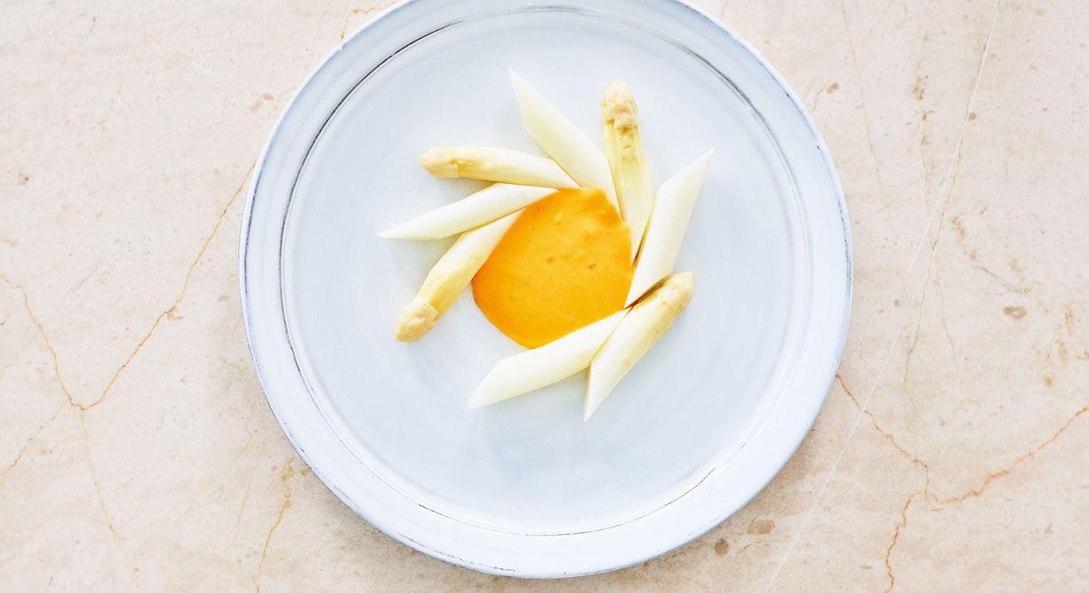 En hollandaisesås är relativt naturell i smaken vilket gör den tacksam att experimetera smakmässigt med. Testa att smaka av med en crab paste på bland annat fermenterade bönor och chili. Lite mer sting i munnen och på menyn.  Psst: Anpassa mängden skirat smör efter vilken konsistens du är ute efter.