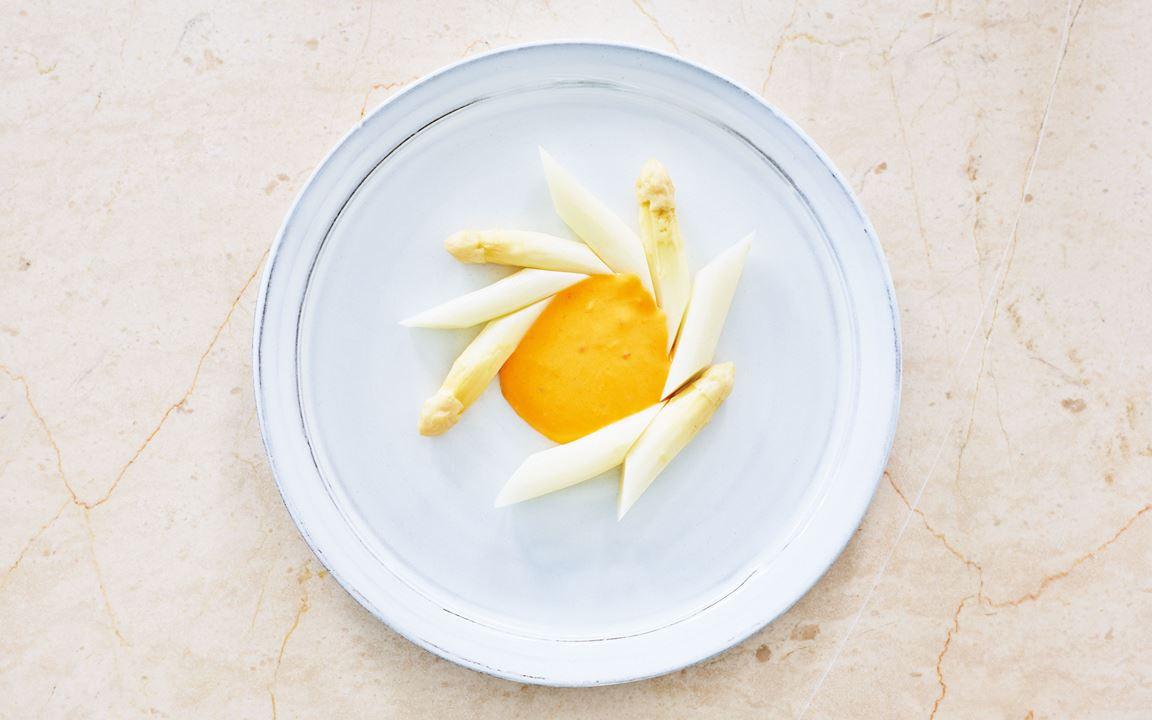 Här skiljer sig mängden skirat smör beroende på vilken konsistens som önskas på hollandaisesåsen.