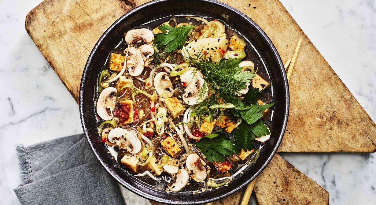 En enkel, varm maträtt som är lätt att förbereda vid stora beställningar. När gästen kommer hälls den rykande varma buljongen över svamp, nudlarna och Grilling cheese. Det ger en snabb service och en varm, hälsosam lunchrätt.