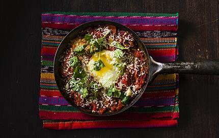 """Rustik mexikansk äggrätt med mustig tomatsmak, rostad, söt paprika och het chili. Namnet betyder """"ranchägarens ägg"""". Den goda röran äts med tortillabröd överallt i Mexiko, främst till frukost och brunch."""