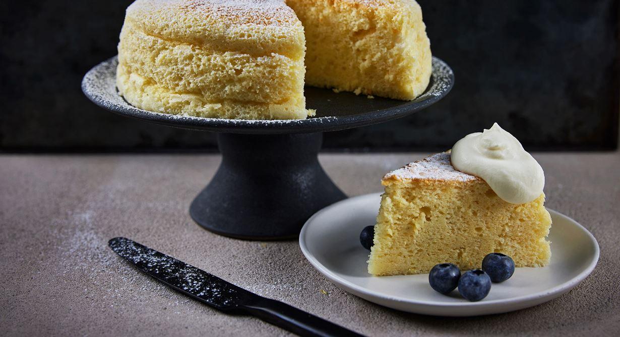 Cotton cheesecake eller Soufflé cheesecake är andra namn på denna fluffiga och lena cheesecake från Japan. Servera med lättvispad grädde och färska bär.