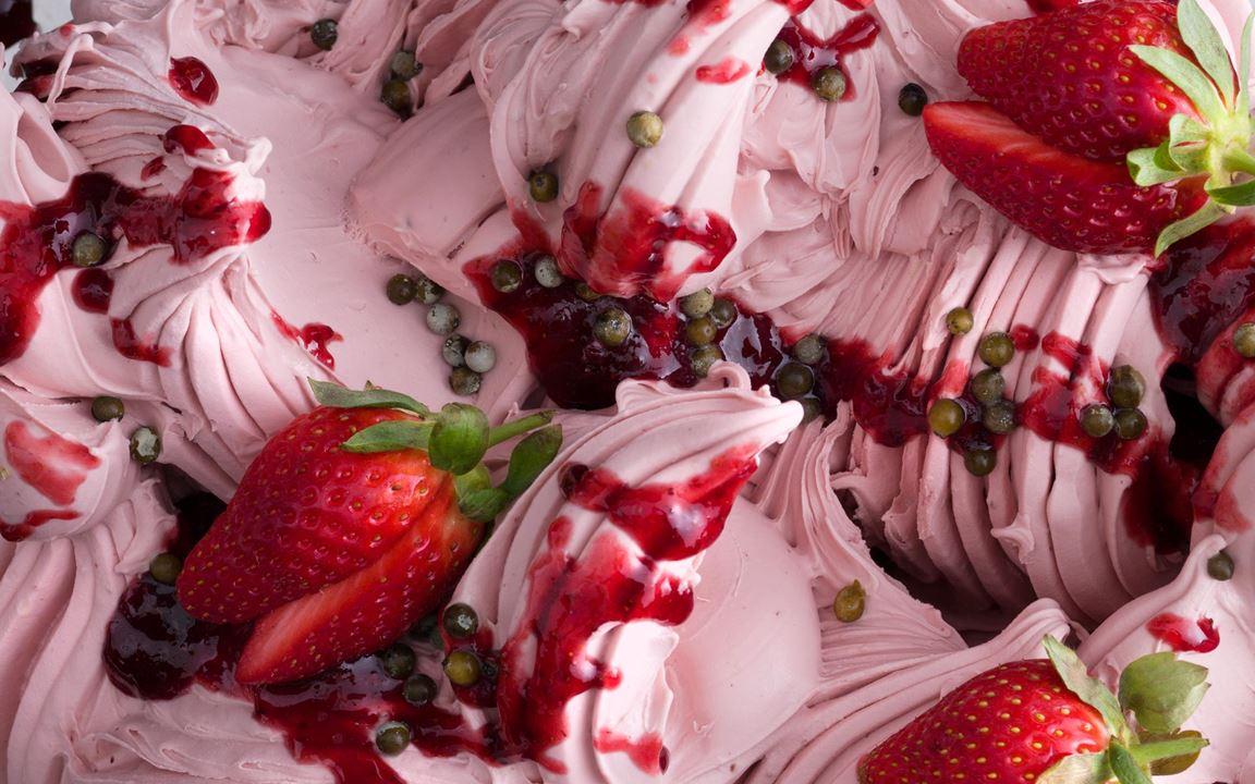 Grönpeppar som legat i lag ger en fin smakbrytning åt den söta jordgubbssmaken. En överraskande och rolig smakkombination.