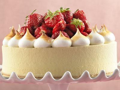 Den svenska jordgubbstårtan i ny stil med vaniljbavaroise, jordgubbscurd och citronkräm på en saftig botten.
