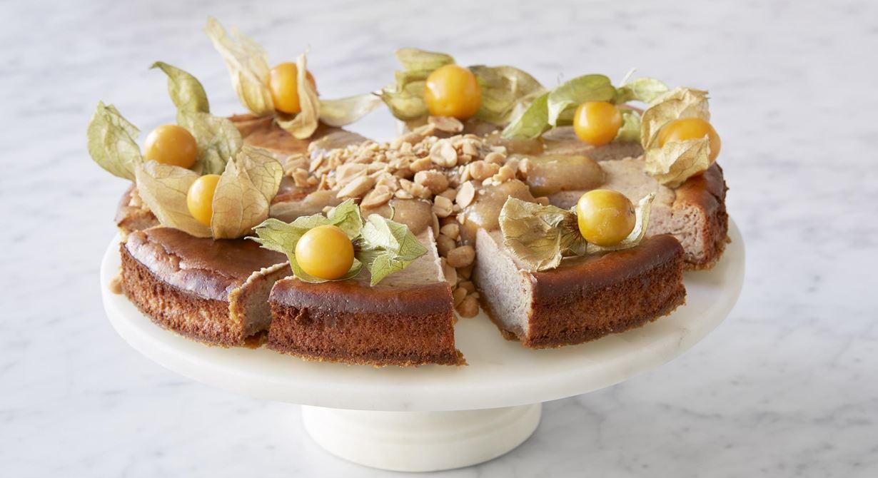 Syndigt god cheesecake med jordnötssmör och kola. För de som vill ha extra allt till fikat. Den syrliga physalisen blir en frisk brytning och krossade nötter en härlig textur.