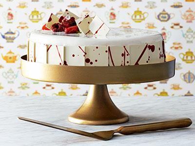 En elegant tårta som är skapad inför Arlas jubileum. Fyllningen med vit choklad och crème fraiche har perfekt balans mellan sötma och syrlighet och är ljuvligt krämig. En tårta som passar för både små och stora jubilarer!