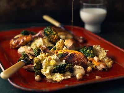 Brändstuvad savoykål med krispig svartkål, rostade hasselnötter och bräserad kyckling. Misopasta höjer smaken på den rostade jordärtskockskrämen ytterligare.