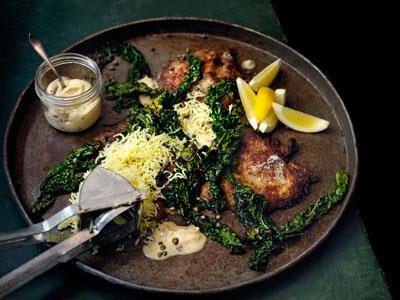 Rostat mjöl i paneringen ger det frasiga schnitzlarna en nötig smak, Gott och enkelt ihop med stekt svartkål och pressad mandelpotatis. De klassiska tillbehören kapris, sardeller och citron ligger i det vispade brynta smöret.