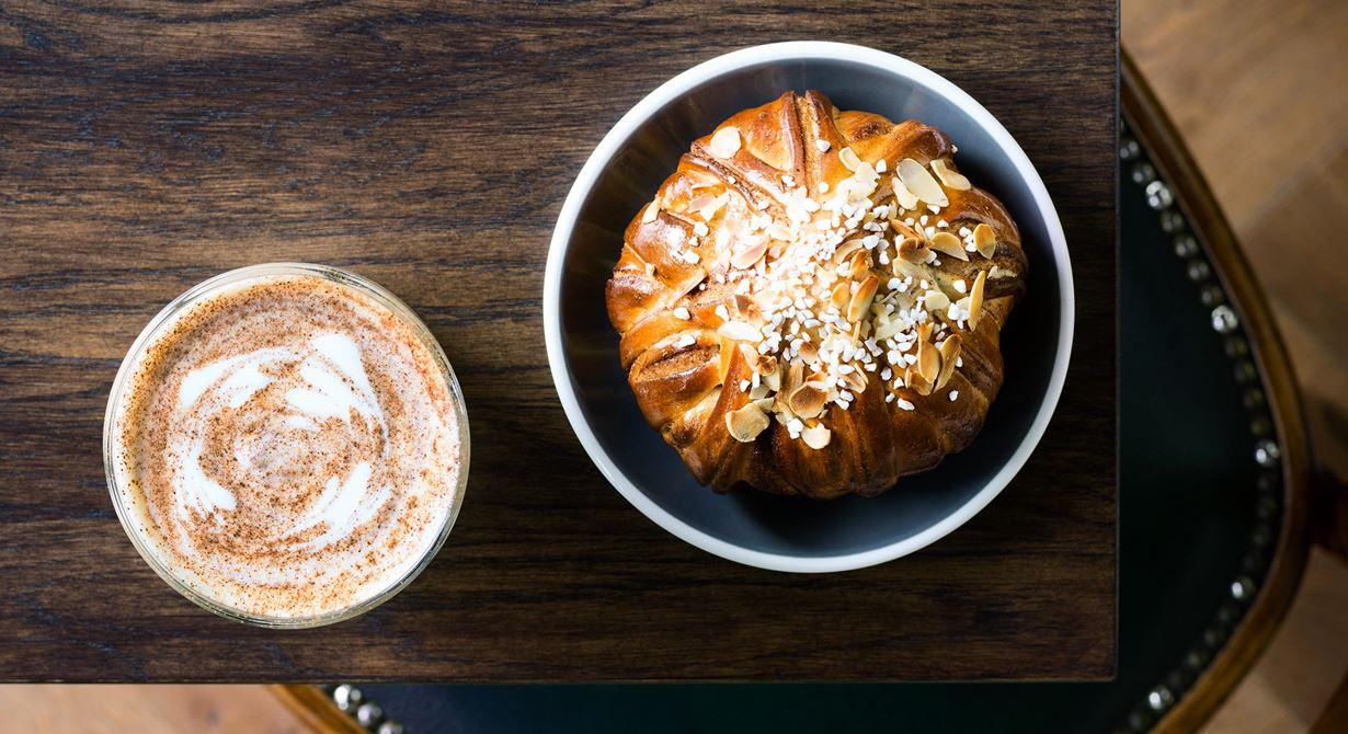 Chailatte på rooiboste med smak av kanel och kardemumma blir med varm, skummad mjölk ett mycket godare alternativ till en kopp te. Perfekt att njuta tillsammans med en nygräddad kanelbulle.