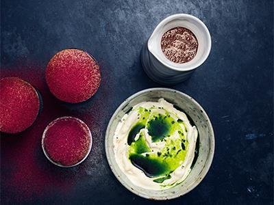 Luftiga suffléer med knastrigt socker och härlig syra från svenska lingon. En fin smakkombination till chokladsåsen och glassen - sött och lite kryddigt på samma gång. Suffléerna kan förberedas och gräddas direkt från frysen.