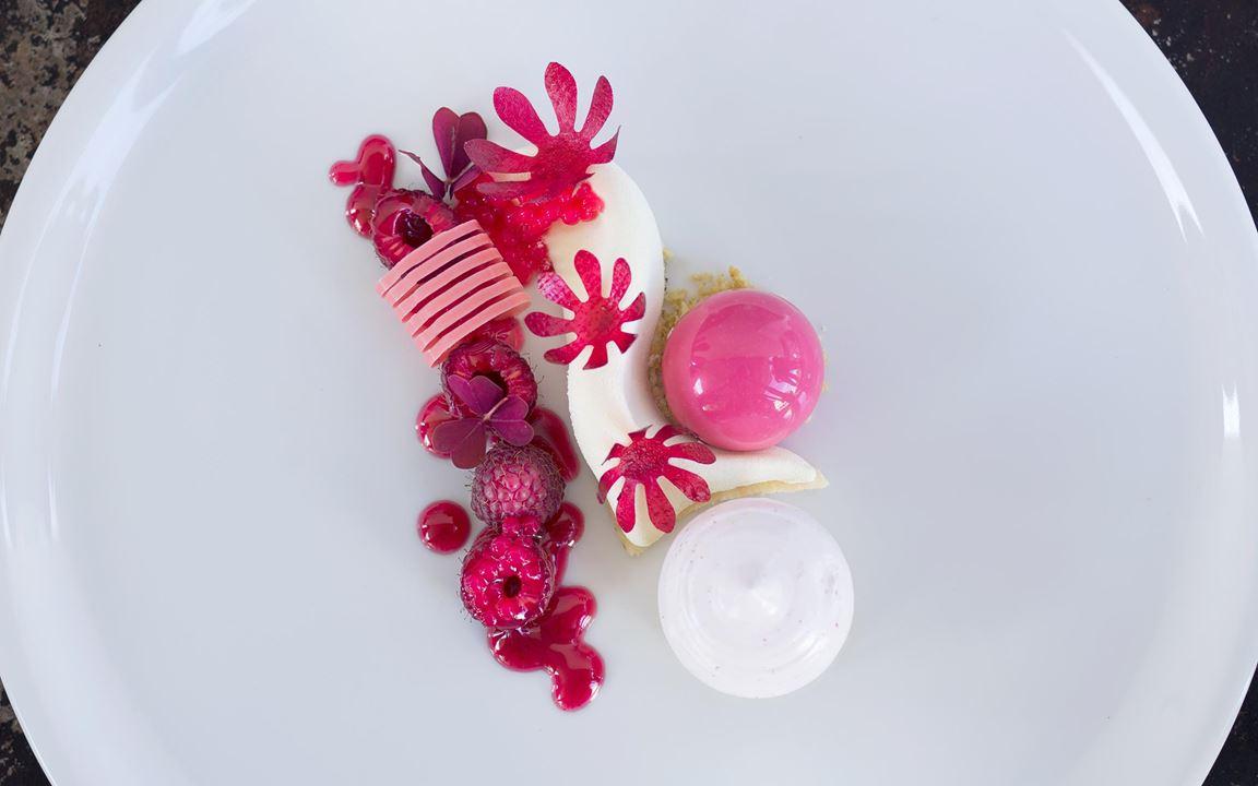 Innovativ och ultramodern dessert  i högsta klass med sötsyrliga smaker av hallon och fläder. De krispiga hallonblommorna läggs på precis innan servering.