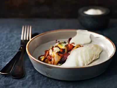 Förbered de tomatkokta kikärtorna med kanel och chorizo dagen innan. Koka gärna kikärtorna själv, det är både billigare och mer miljövänligt. Godare blir de också. En fin kombination med den lite salta, lättrimmade torsken.