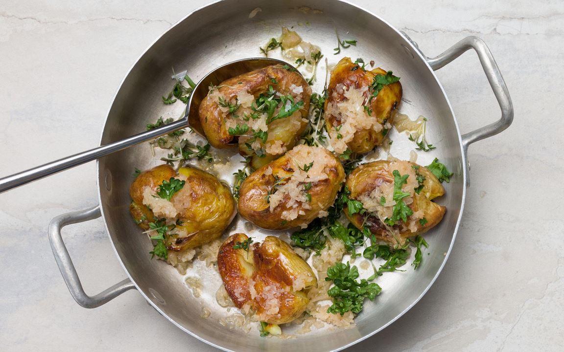 Potatis extra allt slungad i brynt smör med schalottenlök. Potatisen kan också friteras istället för att rostas. Ett härligt tillbehör till det mesta.
