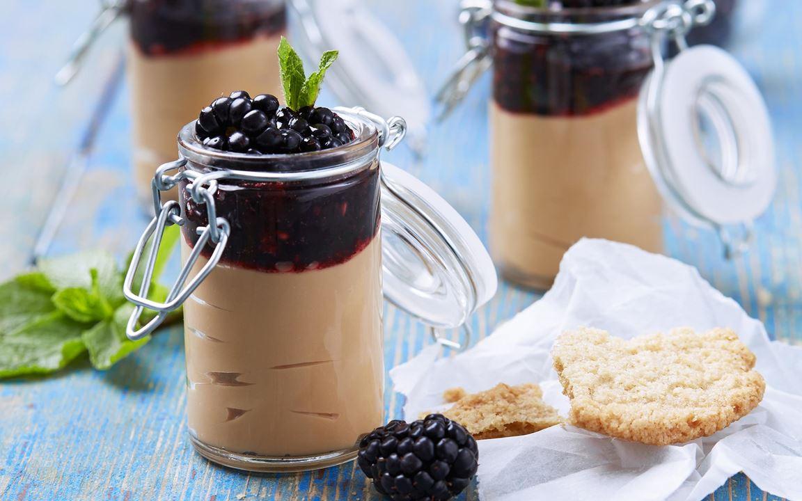 Söt kolasås blandas till en ljuvlig kräm med fast grekisk yoghurt och toppas med björnbär. En perfekt balans av sött och syrligt.