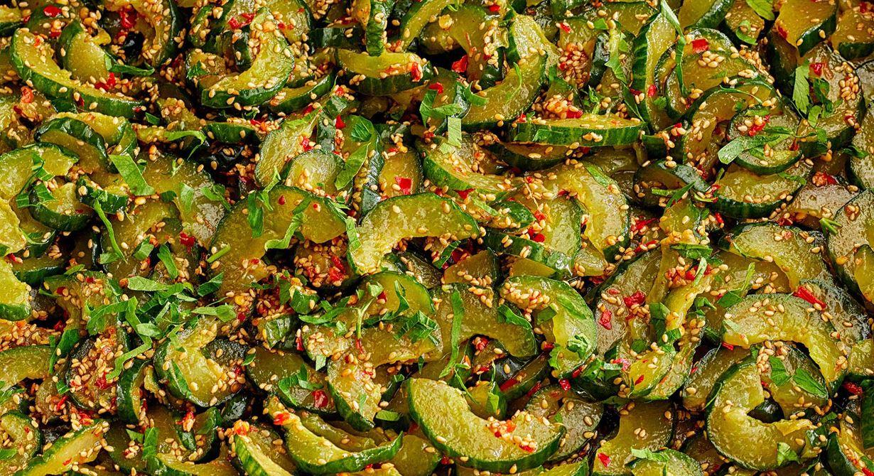 Pressgurka med asiatisk touch, dressingen är gjord med socker och risvinäger istället för en klassisk 1-2-3-lag. För att förstärka de asiatiska tonerna toppas salladen med sesamfrön.
