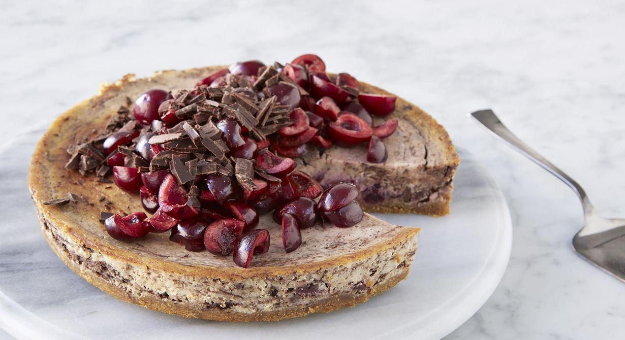 Fyllig, djup smak av vanilj och körsbär med vuxen brytning av mörk choklad. Lika användbar som elegant dessert som till fika.