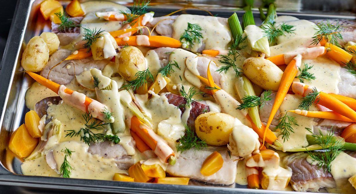 Använd de grönsaker som finns i säsong och koka dem spänstiga samtidigt som potatisen. Här har vi använt färskpotatis, morötter, fänkål och dill. Slå såsen över den färdiglagade fisken med grönsakerna. Då blir allt varmt samtidigt.