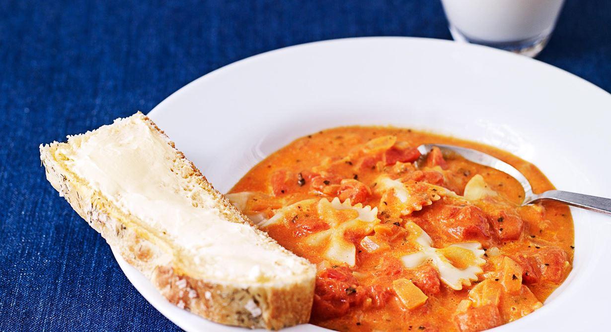 En söt och mättande soppa som går hem hos barn i alla åldrar. Pastan kokas direkt i soppan vilket är effektivt för storköket.  Specialkost: Går att göra laktosfri genom att byta mot laktosfria produkter.
