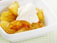 Enklare kan det knappast bli. Varma äppelklyftor med smak och doft av kanel och kardemumma väcker minnen till liv. Kvarg med vanilj- och florsocker är ett bra alternativ till vaniljsås. Perfekt för alla som behöver öka på proteinförrådet.