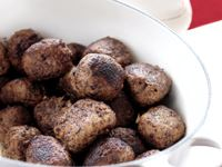 Kryddpeppar i köttbullarna gör dem oemotståndliga och få kryddor känns mer svenska trots sitt fjärran ursprung. Vi har bytt ut ströbrödet mot kokt potatis och rotfrukter som bindemedel för att så många som möjligt ska kunna njuta av dem, även glutenintoleranta.  Även såsen är glutenfri, fyllig och god tack vare lite ädelost.