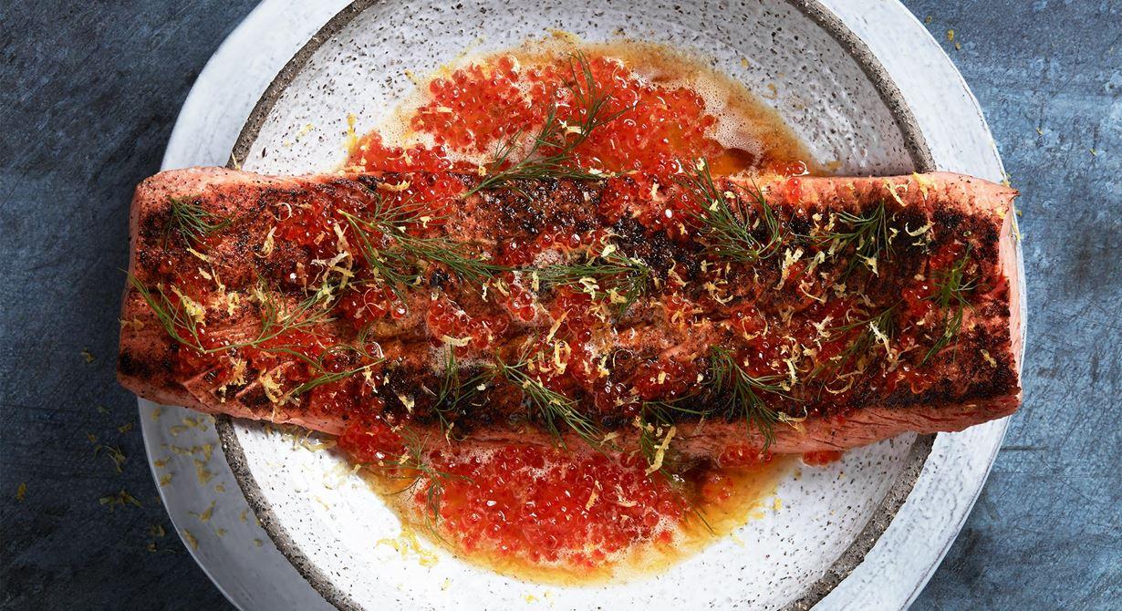 Rubba forellen med nymixade frön och pepparkorn. Sotad fisk får en spännande, bränd karaktär.  Perfekt ihop med brynt smör och forellrom.