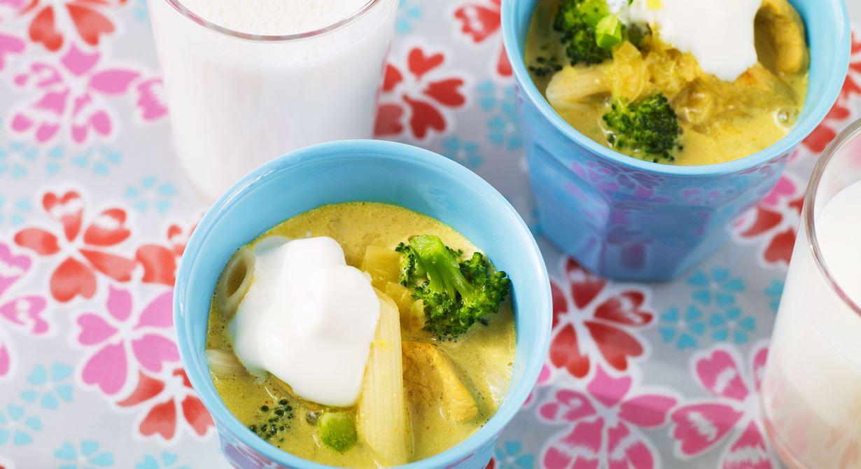 Kyckling, curry och pasta är några av ingredienserna som gör den här soppan till förskolebarnens älsklingssoppa.