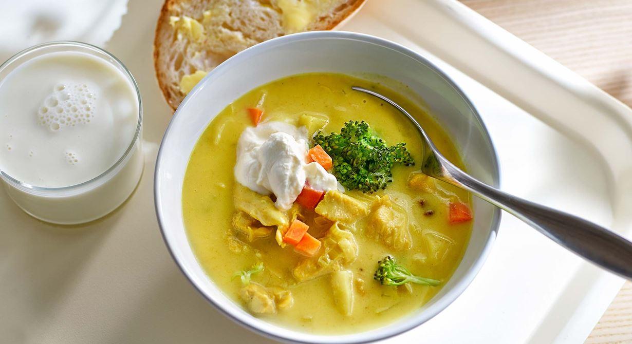 En matig soppa med fina färger där grönsakerna syns tydligt. Viktigt är att vispa crème fraiche-klicken med färskost hårt så att den håller formen.  Ett nybakat bröd blir gott vid sidan om.