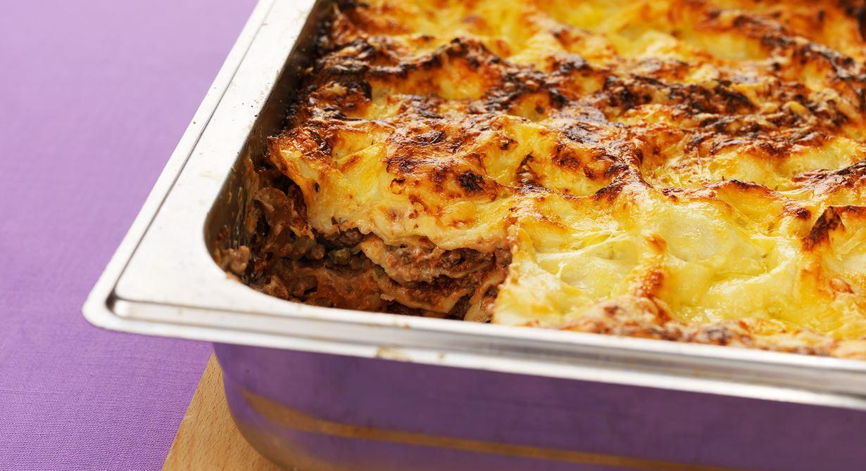 Under osttäcket döljer sig en underbar vegetarisk lasagne. Inspirationen till den mustiga grönsakssåsen med aubergine, kapris och tomater kommer från Sicilien.