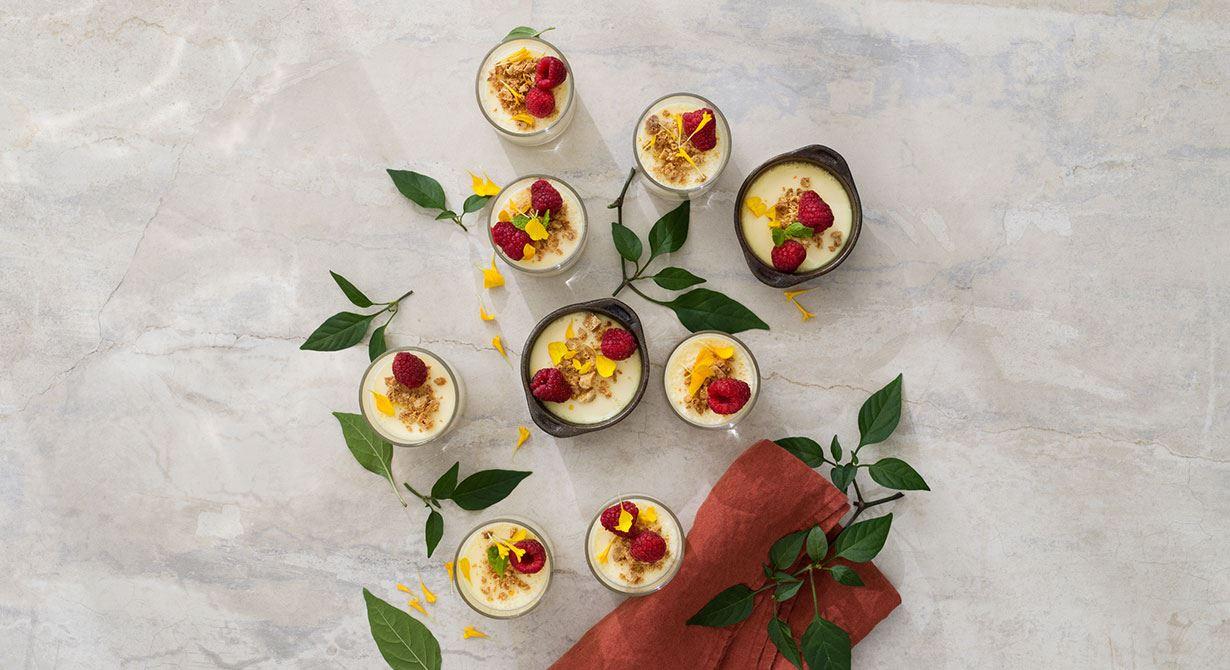 Himmelskt len citronkräm baserad på grädde, gul chili och citron. Desserten toppas med rostad vit choklad, färska hallon och blomblad. En given succé